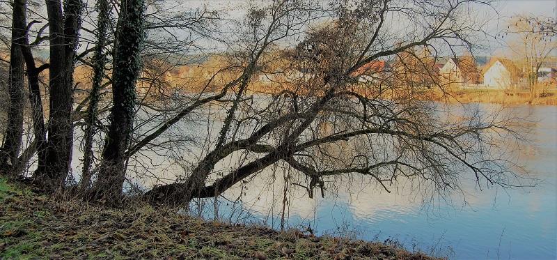 Sitzend am Fluss